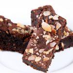 zloženie: čokoládové cesto, vlašské orechy, mandle, 50 g, 0,90 Eur/ks